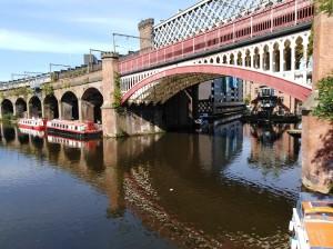 Manchester, ponte ferrato sul fiume